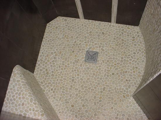 Douche forme libre galets blancs avec banc for Douche italienne avec banc